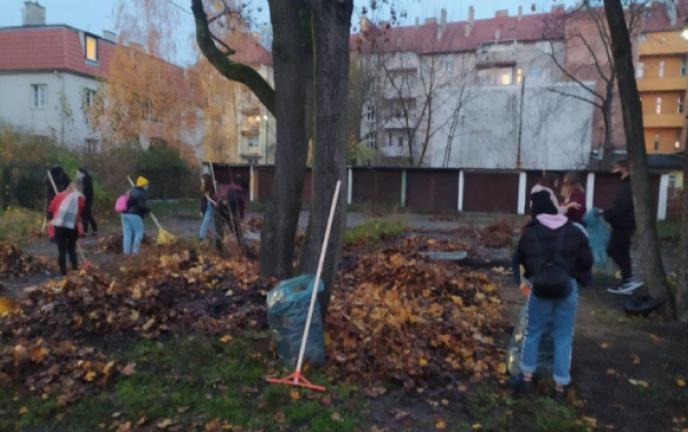 Młodzież sprząta ulice na Bydgoskim
